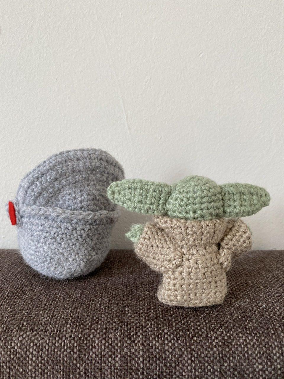 Mini Baby yoda naast spacepod